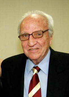 Pere Suñé va néixer a l'agost de 1930 a Barcelona. Va començar a fer atletisme amb 15 anys al Centre Gimnàstic.