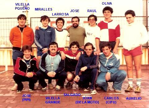 La Secció de Futbol-Sala del Barcelonès es va crear al voltant dels anys '70s. Aquó veiem una foto de l'equip que el va mantenir molt temps a l'actrualitat. El Centre no disposava d'una Sala adient per la pràctica d'aquest esport popular; però molt aviat els simpatitzants vam trobar una fórmula per poder entrenar i acabar per fer-lo oficial. Es vam comprar unes porteries de ferro amb una xarxa de corda de l'estil del jockey i es vam col·locar en una zona de la terrassa de l'Entitat.