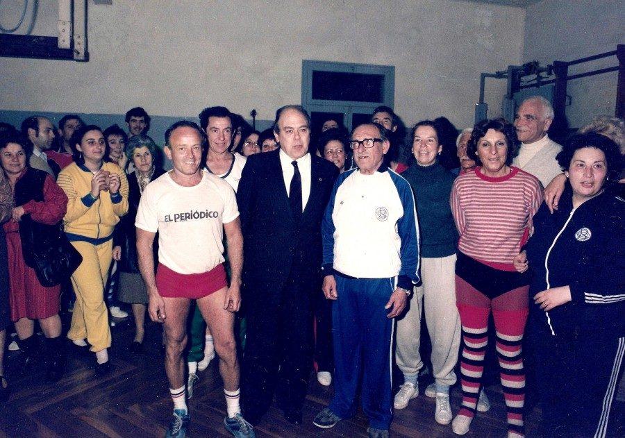 Foto de família al voltant del President de la Generalitat de Catalunya en ocasió de la inauguració dels nous vestidors del Club. Any 1986.