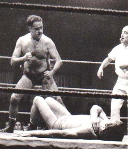 Brunet lluitador professional durant una vetllada de lluita lliure a la Popular sala del Gran Price de Barcelona, dècada dels anys 60's.