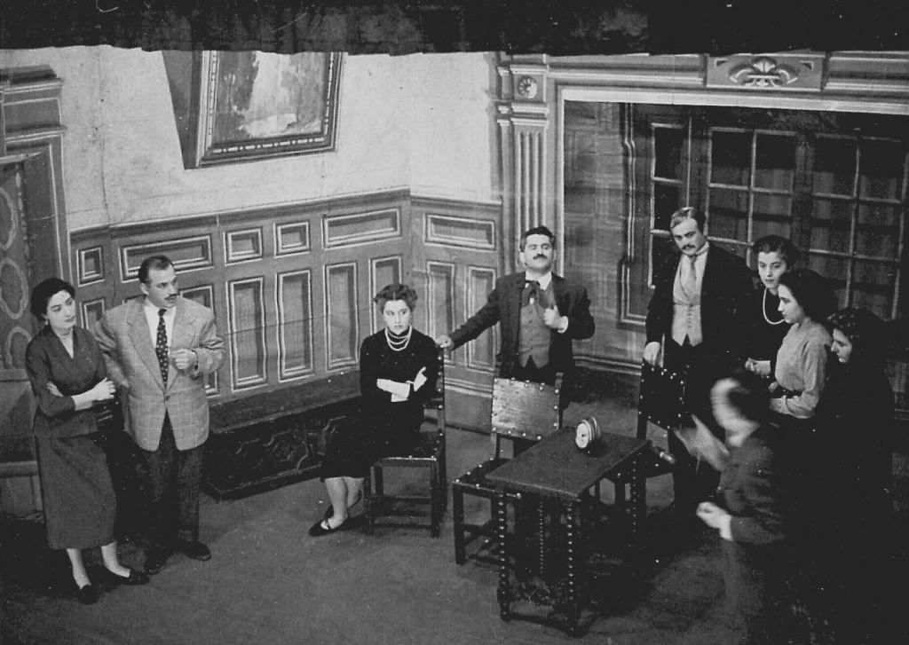 Aquí tenim el flamant quadre d'actors del Centre en plena obra. Al fons es poden veure uns decorats molt de la època confeccionts amb teles pintades o cartró.