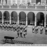 Exhibició de Gimnàstica de les seccions esportives del CGB al Pati de l'antic Hospital de nens de Sant Joan de Deu. a la dècada dels anys 60's