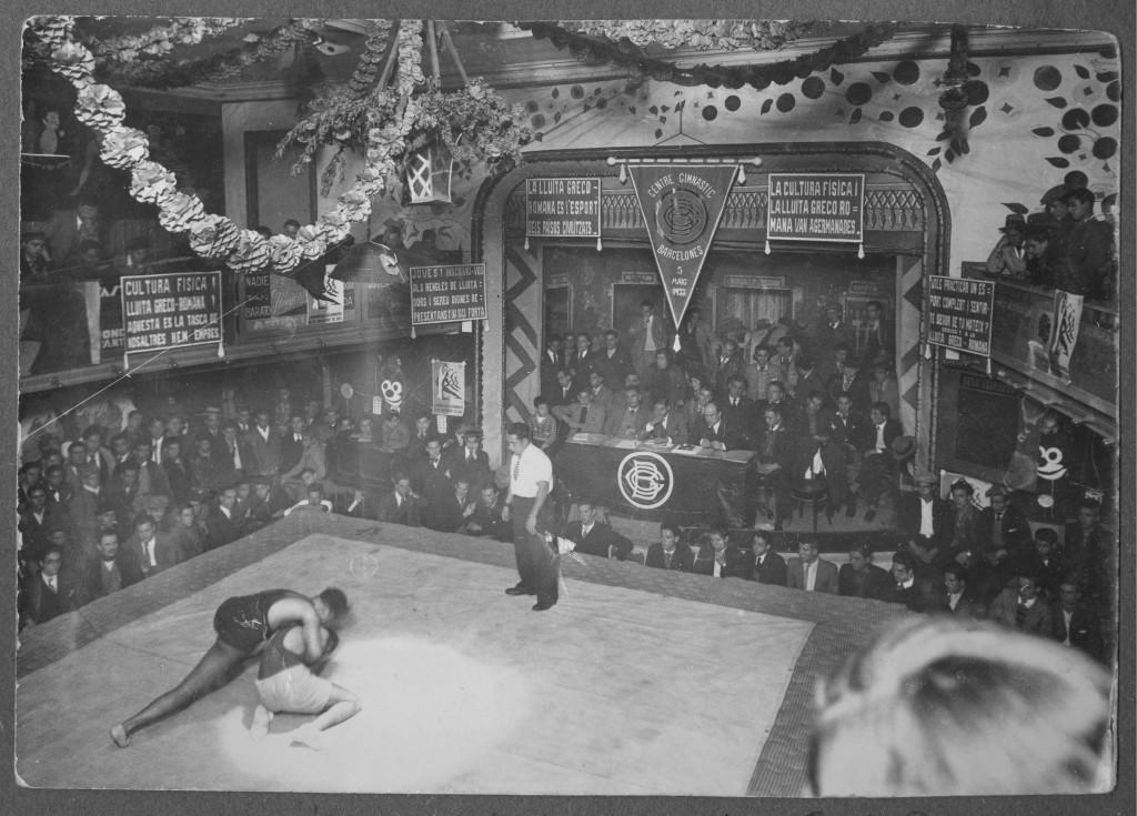 1r. Aniversari del CGB organitzant un Festival esportiu dins un Teatre popular del Barri del Raval a l'any 1934. Aquí podem veure un moment de combat de Lluita greco-romana davant la presència de la Junta directiva Fundadors del Centre.
