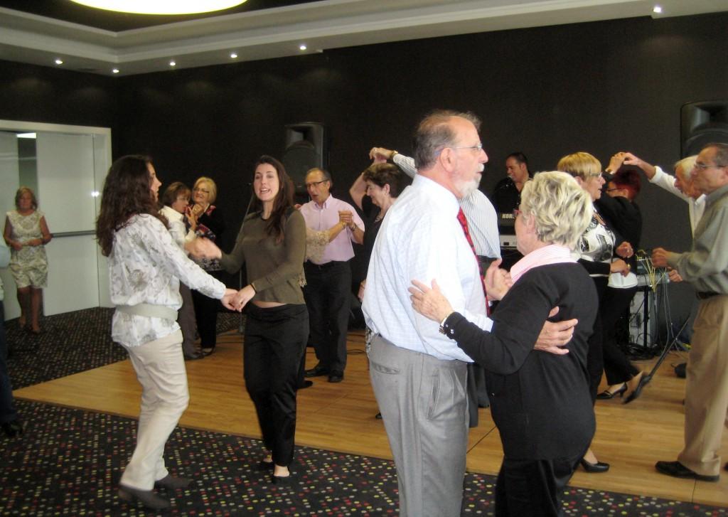 Un moment del ball de germanor del 80è Aniversari del CGB on podem veure la participació de joves i grans. Una petita mostra de la animada i divertida Festa dels ex socis del Barcelonès.