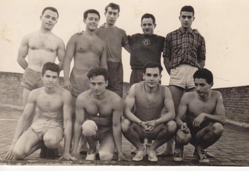 Agustí Nacente durant una sessió de gimnàstica al terrat del Centre als anys 50's, dirigint a un grup de socis esportistes dedicats a la secció de gimnàstica educativa.