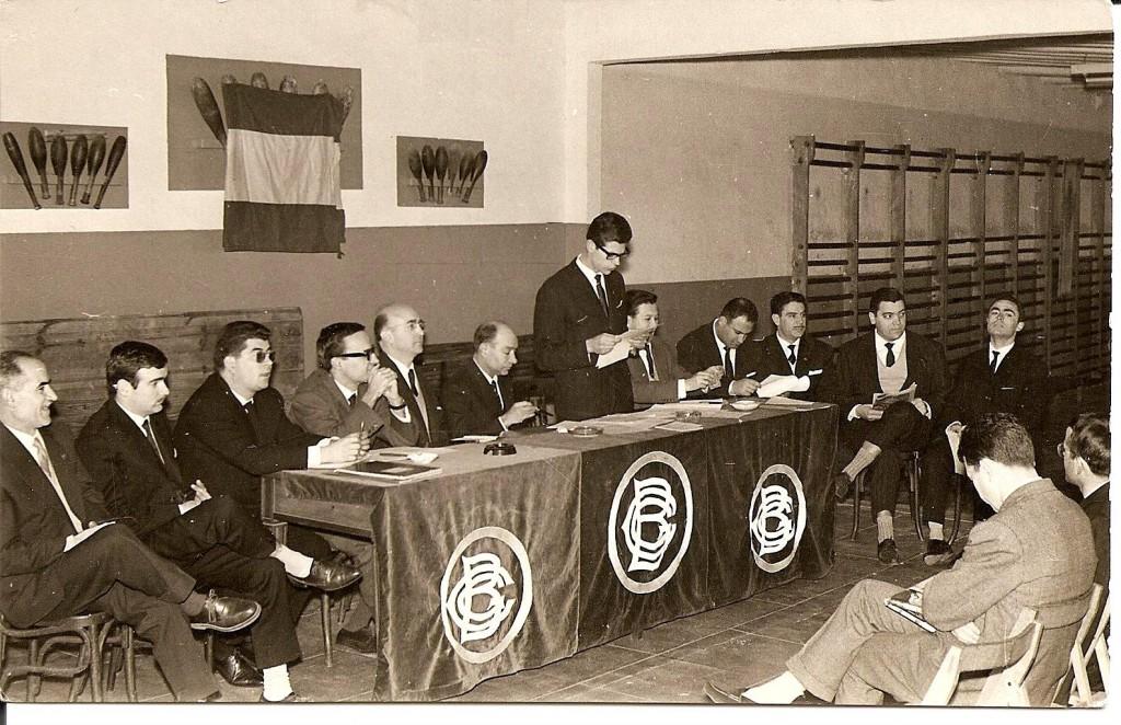 Celebració de la Assemblea ordinària del Centre als anys 50's. En Morancho al veiem a l'esquerra d'en Francesc Piñol, President de l'Entitat en aquella època. Podem veure també com era obligatòria lluir la bandera d'Espanya en els actes oficials de les Entitats.