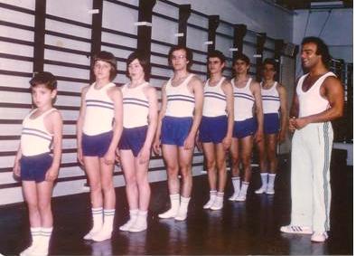 Paco Mesonero efectuant classes de Gimnàstica artística als practicants d'aquesta especialitat esportiva recuperant la pràctica d'aquesta Secció de Gimnàstica del Centre, que desprès dels anys 60's,  havia davallat notablement.