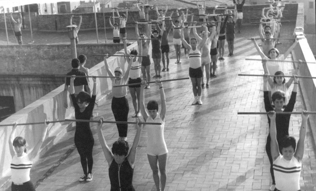 Evolució de la gimnàstica educativa. Aquí ja veiem una classe de dones i homes al terrat del Barcelonès preparant una exhibició amb exercicis amb piques, durant la hora matinal de més assistència de socis.