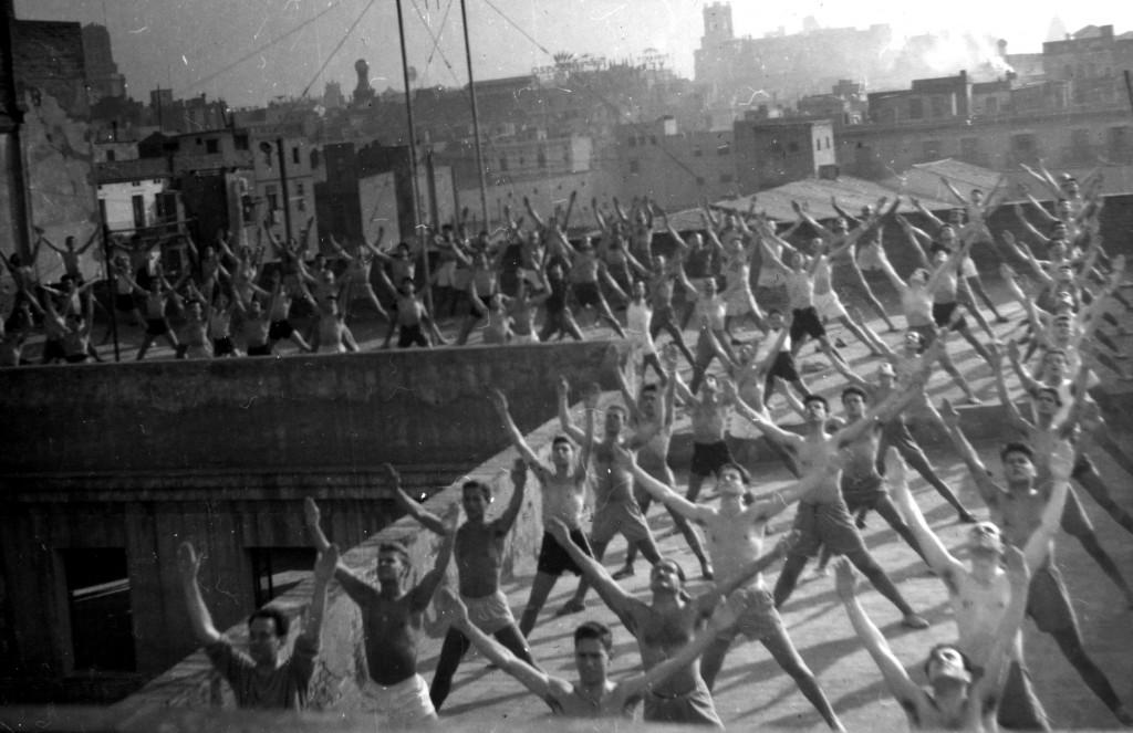 Una prova de l'èxit de la gimnàstica educativa la tenim amb aquesta foto a la terrassa del Barcelonès, als inicis del anys 50's, amb una extraordinària afluència de socis del Centre a la classe dels matins.