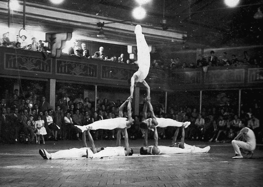 Una mostra de les habilitats del Conjunt Ornamental, durant una Exhibició a l'antic Saló Iris de Barcelona, en ocasió d'un Festival d'Aniversari del Centre a l'any 1950. Monitor Evarist Esquerra.