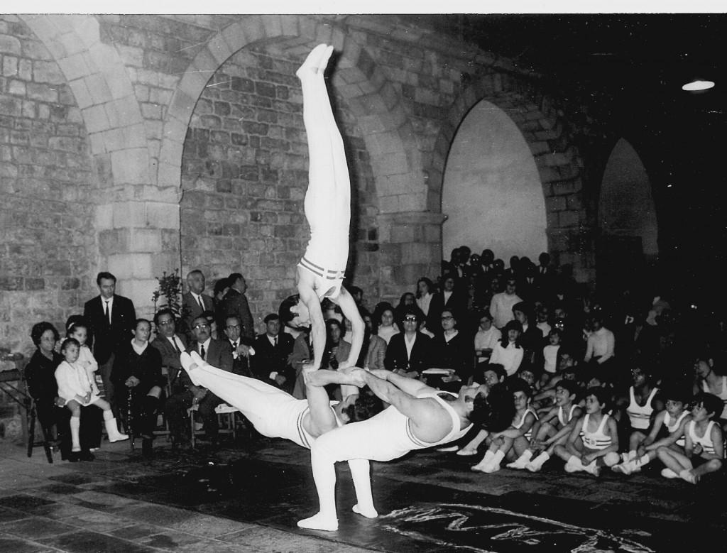Festa del Raval - Conjunt ornamental del CGB - 1970, antic Hospital de la Santa Creu. Components: Josep Suari, Lluis Garcia i Joan Espinosa. També van actuar els infantils de la Secció de gimnàstica educativa del Centre.