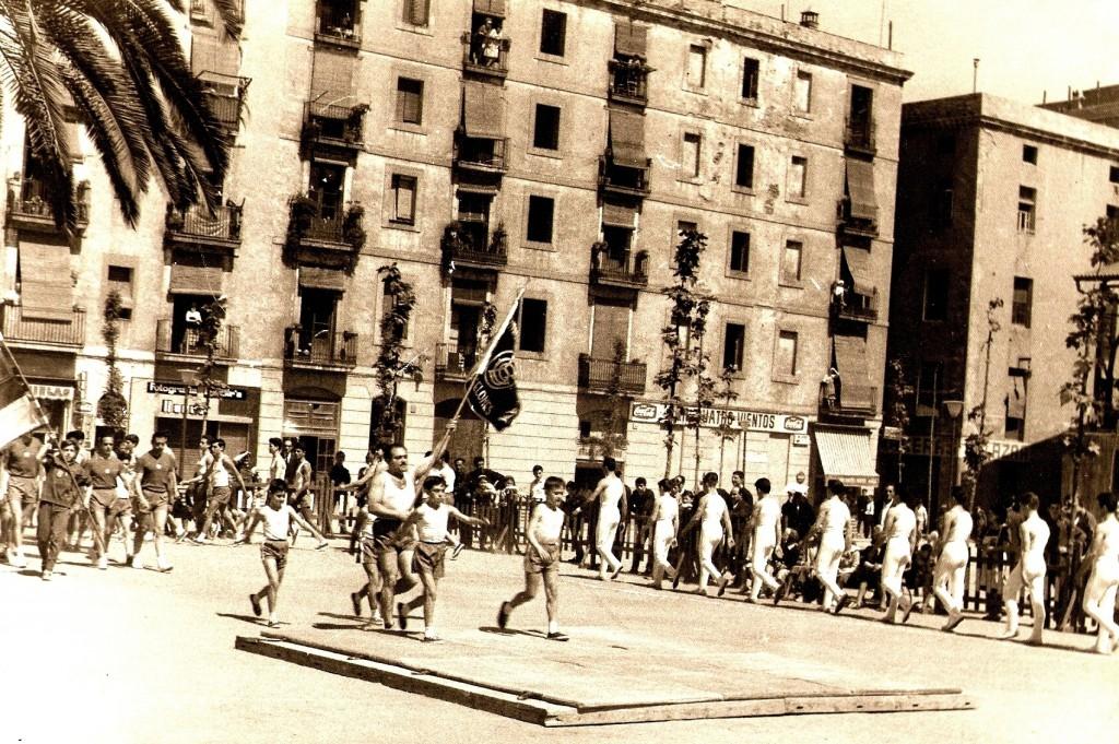 Festival poliesportiu del CGB a la Plaça de Folch i Torres anys 1960's. El Barcelonès acostumava a festejar els seus Aniversaris al mes de maig amb la intervenció de la majoria de les seccions esportives del Centre.