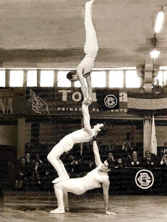 El conjunt Ornamental seguia als anys 60's de la mà d'en Joan Espinosa. Aquí podem veure un exercici anomenat els Xinets, durant la celebració del 32è Aniversari del CGB al Saló Iris de Barcelona - Any 1965. Components: Manel Collado, Josep Suari i Joan Espinosa