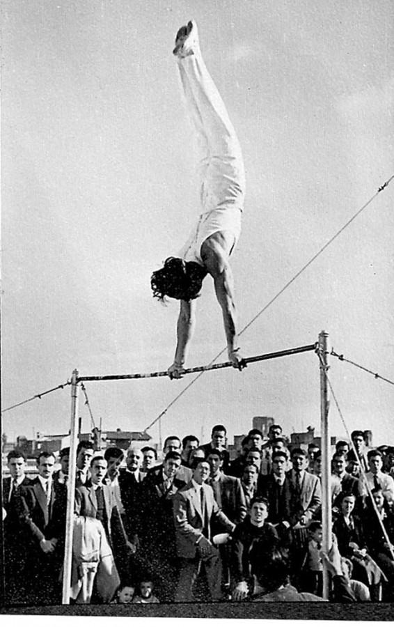 Campionats de Catalunya organitzats pel CGB a la terrassa del Centre. Aquí un moment de la participació d'en Jordi Elias a la Barra fitxa, davant l'expectació dels assistents a l'acte amb l'impecable i l'espectacular exercici realitzat pel jova gimnasta de 22 anys. Havia estat declarat el millor gimnasta del CGB.