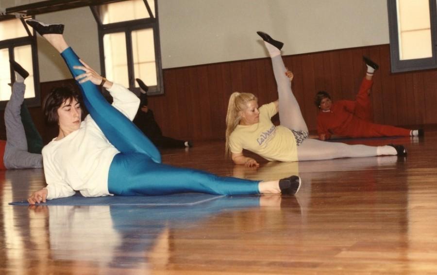 Un moment de la pràctica de classe matutina, especialment per dones, a la Sala principal del Barcelonès. Com es pot veure, en aquella època el parquet estava impecable per realitzar els exercicis.