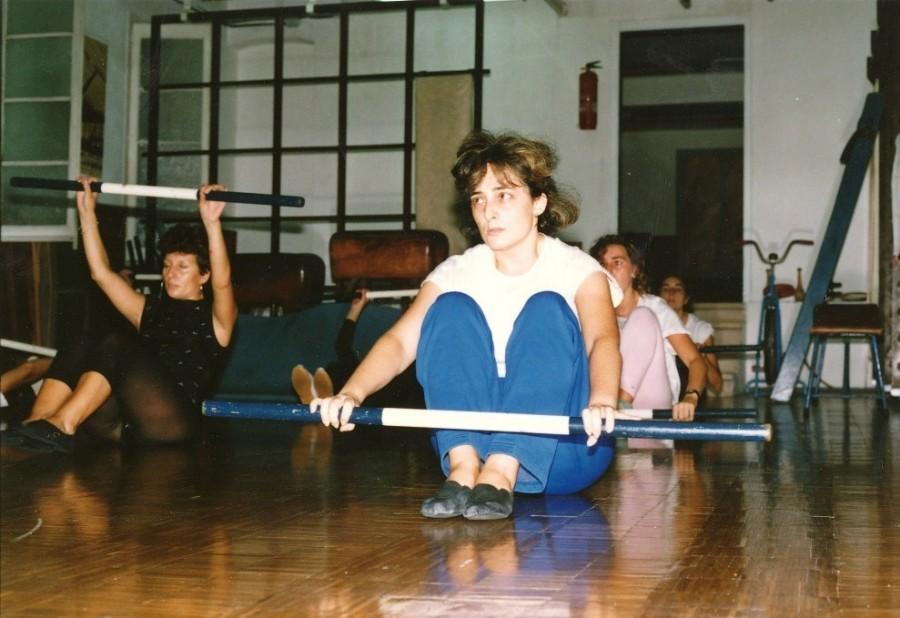 """Pràctica de la gimnàstica educativa a la sala femenina del Barcelonès. Als anys 1990's s'havia arribat a una nombrosa participa de les dones en aquesta modalitat de manteniment i """"fitness"""""""