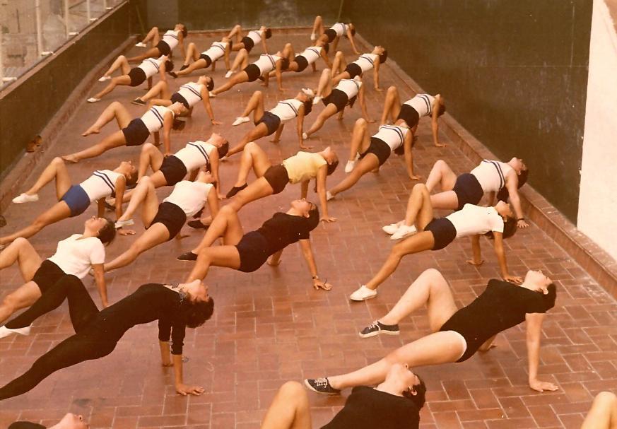 Una instantània de les classes de gimnàstica educativa femenina que s'impartien a la terrassa del Barcelonès, als matins, dirigides pel Monitor Tomàs Cabrero - 1970's