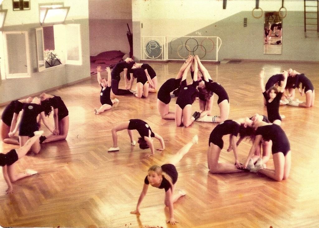 Classe de gimnàstica educativa femenina infantil als principis dels anys 1970's amb exercicis preliminars - Professor Tomàs Cabrero.