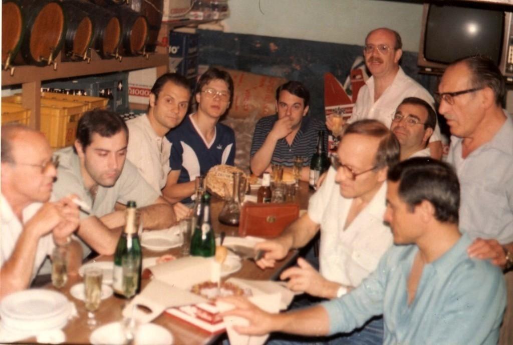 Esmorzar de germanor amb els companys de Seccions del CGB gimnàstica i Futbol sala. A la dreta de la imatge dempeus podem veure en Gracià Cuesta mirant atentament com el pare d'en Salvador Zoroa talla el pastis de celebració.