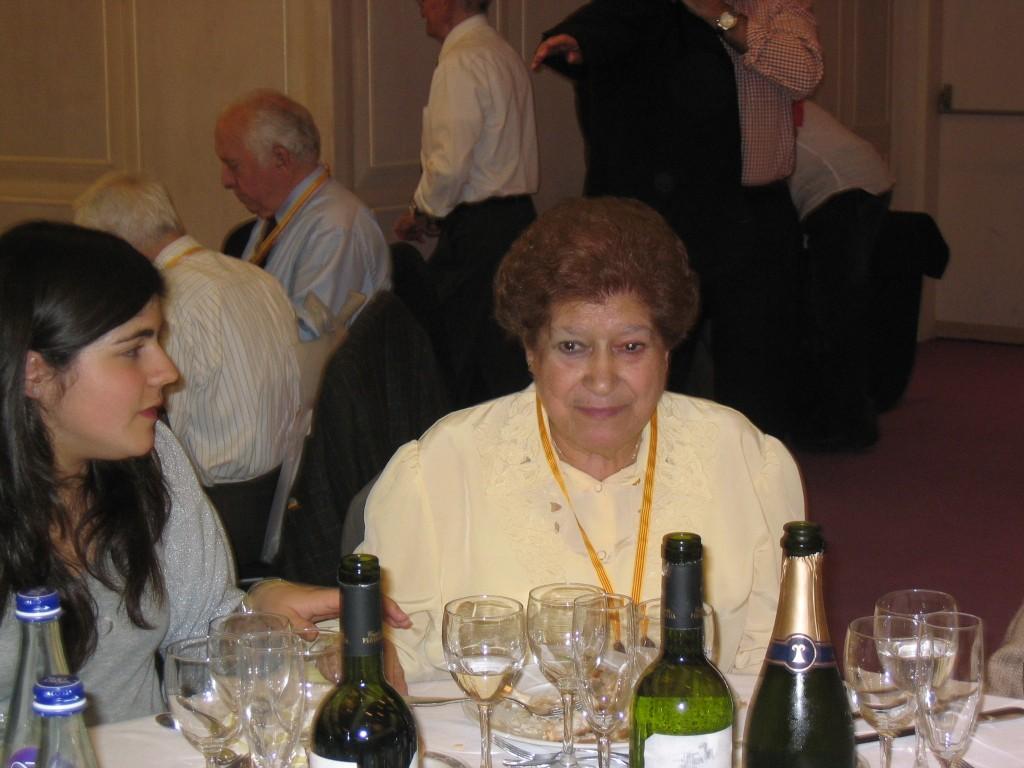 La senyora Pilar recepcionista del CGB fins la dècada dels anys 80's, malgrat una precaria salut, assisteix a la celebració del 75è Aniversari del Centre qu8e va tenir lloc al prestigiós Hotel de la ciutat Barceló Sants. A la esquerra de la imatge la seva neta la contempla amb molta atenció.