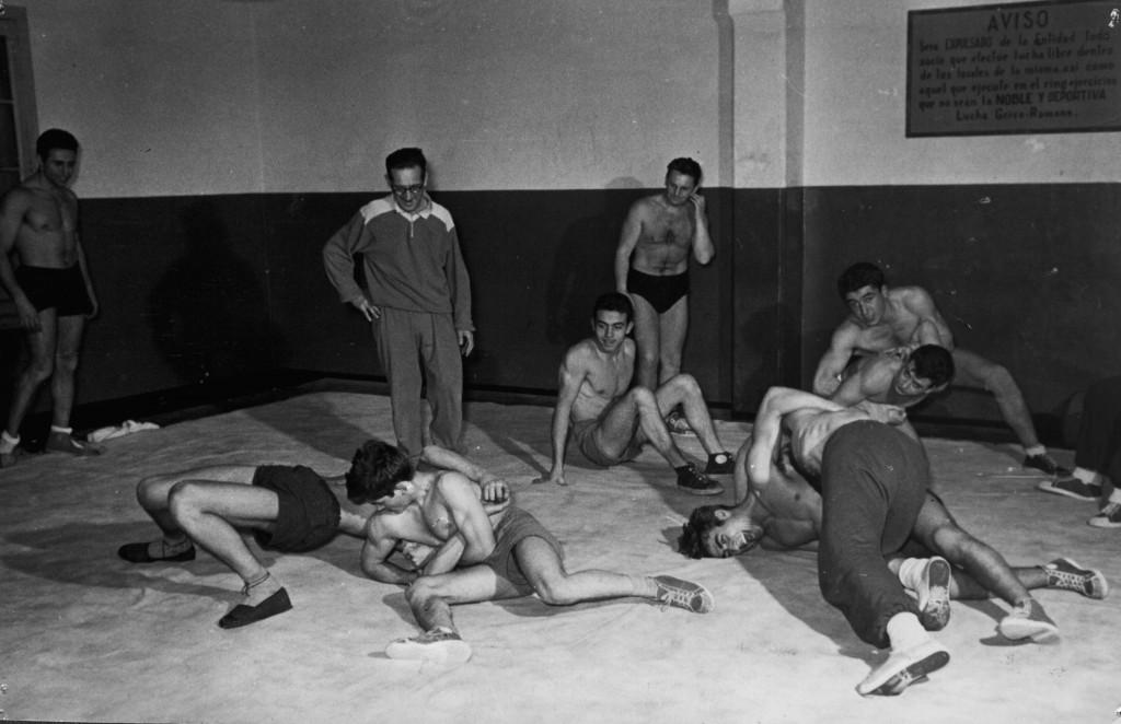 Mostra dels entrenaments que a la dècada dels anys 50's es practicaven al CGB sota la atenta mirada del legendari G. Cuesta. Aqui es pot veure la antiga sala de la Lluita que colindava amb la mateixa planta que estaven ubicades les dutxes i els vestidors. Això va ésser una constant al llarg de moltes dècades a les instal.lacions del Barcelonès.