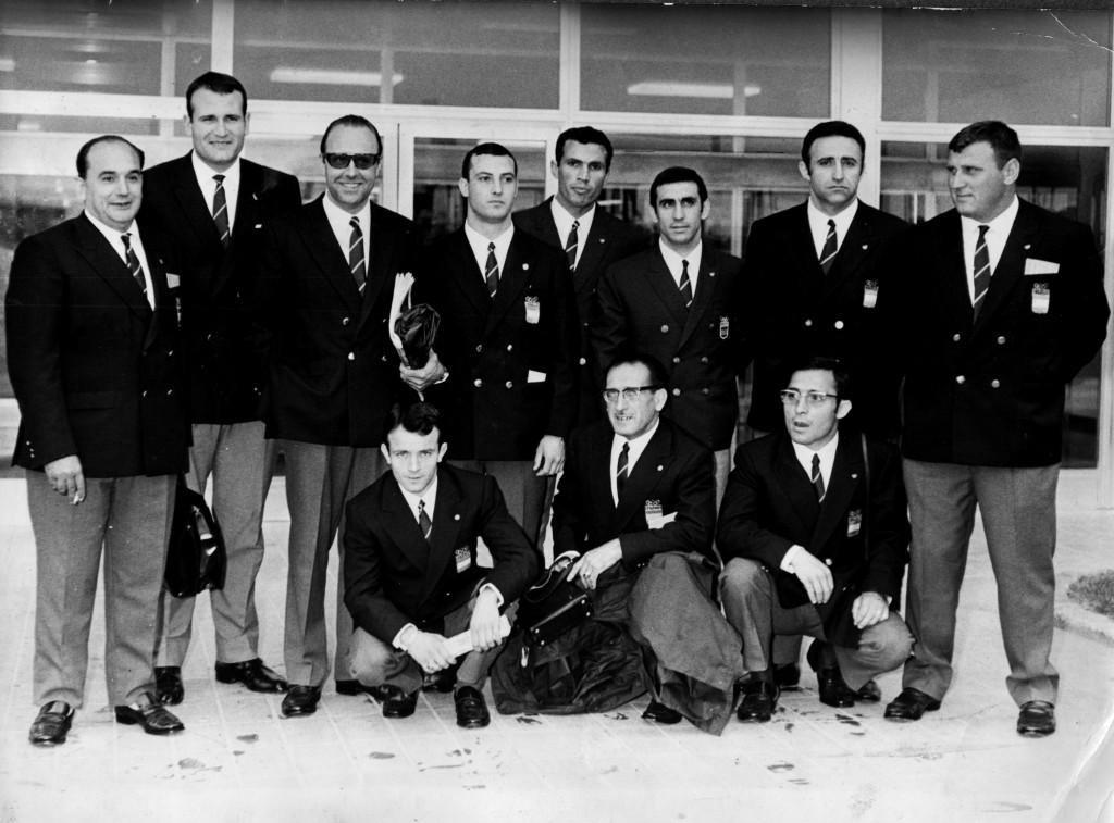 Foto de família de la Selecció espanyola de Lluita a l'Aeroport del Prat, poc abans d'embarcar destinació a Copenhague per participar als Campionats d'Europa de Lluita greco-romana.