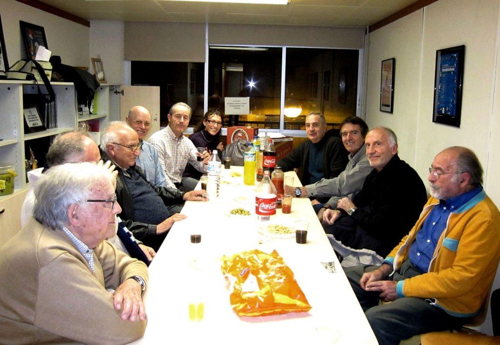 Moment de la cloenda del Memorial de la Secció d'Atletisme del Barcelonès en presència de destacats membres com Pere Suñé, Josep Calvet, Armand Alvárez, Josep Ma Estruch o altres ex socis del Centre.