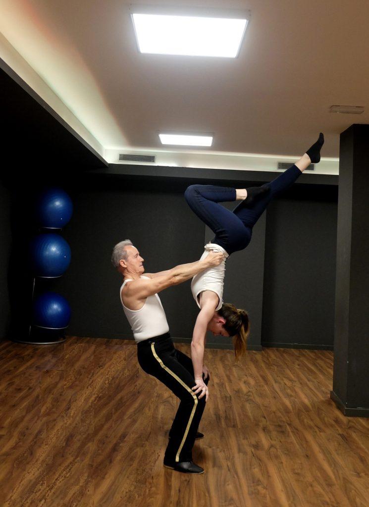 """Moments de l'entrenament del Grup ornamental per mantenir-se en forma. Un exercici de duet amb combinació de """"portor"""" i corona."""