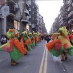 La banda Girasol tocant i la comparsa fent les seves ballades, desfilant.