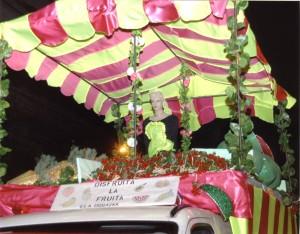 Disfruita la fruita2011.Vista frontal de la carrossa abans de la desfilada en l'Avinguda Paral.lel.