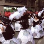 La comparsa desfilant pel C/Sant Antoni Abad,amb la disfressa