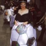 Una companya, en el moment de concentració al C/Sant Climent, amb la disfresa de pilota.
