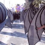 La comparsa Disbauxa desfilant i la banda Girasol a la rua de Niça,2008
