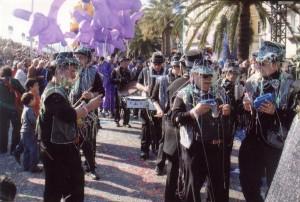 La banda Girasol acompanyant a la comparsa Disbauxa en la rua de Niça, 2008.