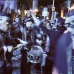 """Moment de la rua de Niça. La banda """"Girasol"""" en plena actuació, tocant la percusió, de nit.2008"""
