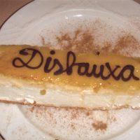 El nom de la comparsa en el pastís,detall del restaurant a la comparsa, en el dinar de celebració.