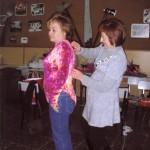 """Companyes en el taller de costura, preparan la disfressa, amb el títol de """"Guaiteu l'ecosistema encara existeix""""2009"""