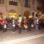Els timbals en la rua de Sants amb el barret de lloro.