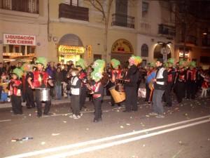Al lloro Raval que...La banda Girasol desfilant per la C/ de Sants.