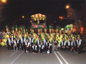 Disfruita la fruita2011.La comparsa , la banda Girasol i carrossa abans de la desfilada en l'Avinguda Paral.lel.