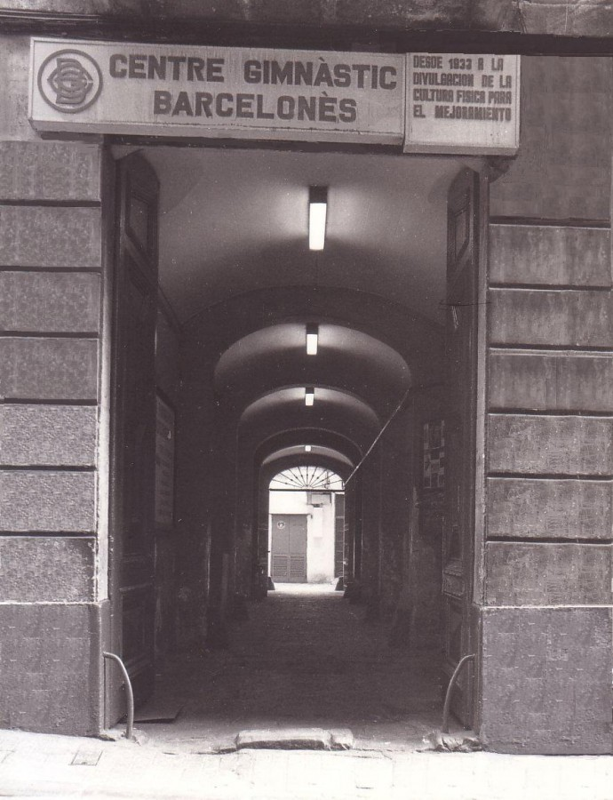 Portal d'entrada al Centre, c/ Joaquim Costa 22