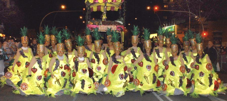 Disfruita la fruita.2011.La comparsa, i darrere la carrossa, abans de desfilar, en l'Avinguda Paral.ĺel