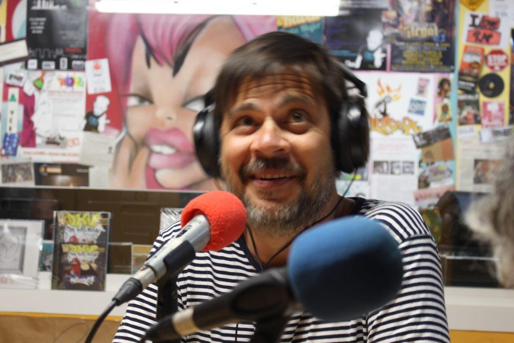 Juan Pedro Técnic de la Fundació Tot Raval, durant la grabació del programa